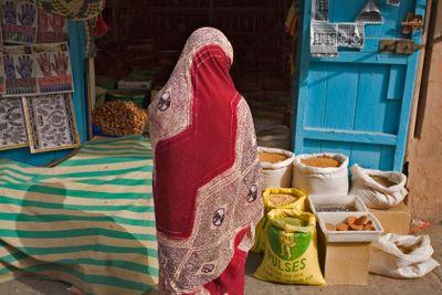 Maroc,sud,  Taraudant : femme au marché