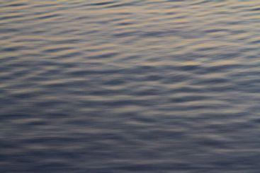 Havsyta i december, krusningar, speglingar - Silvertid