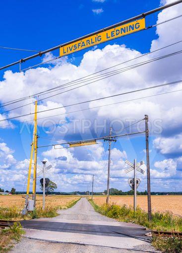Järnvägskorsning på landsbygden i Skåne en sommardag,...