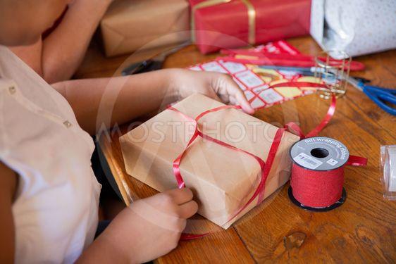 Familj slår in julklappar