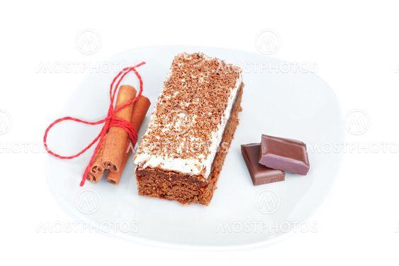 The cake with chocolate and cinnamon sticks.