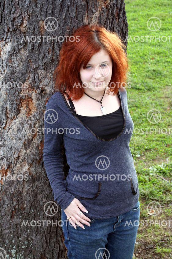 Moderne Teen ved træet 5