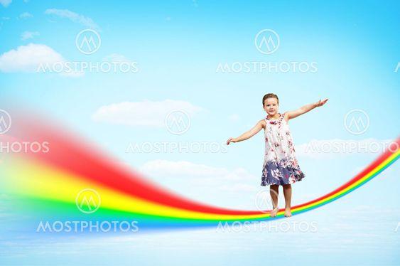 tyttö hyppääminen pilviä ja sateenkaaren