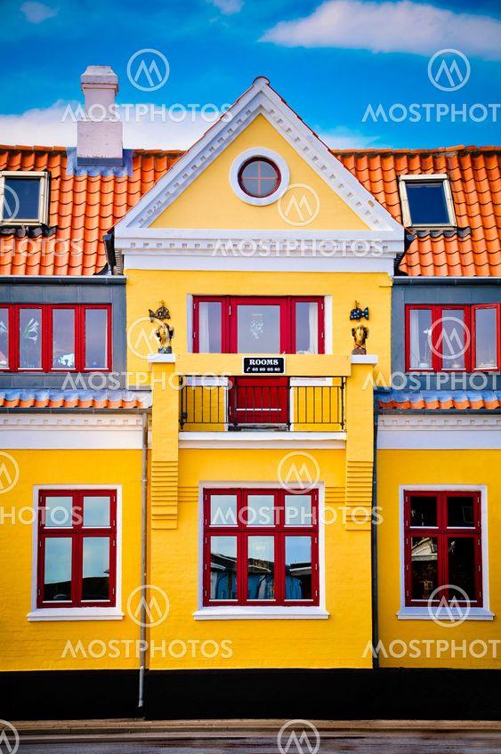 Gule hus med røde flise tag