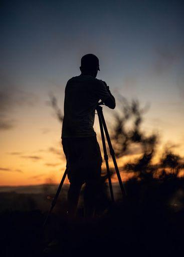 silueta del fotógrafo de vida silvestre trabajando