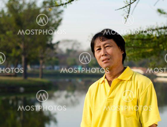 porträtt av en lycklig man thailand park