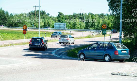 bilar svänger in på motortrafikledspåfart i Eskilstuna