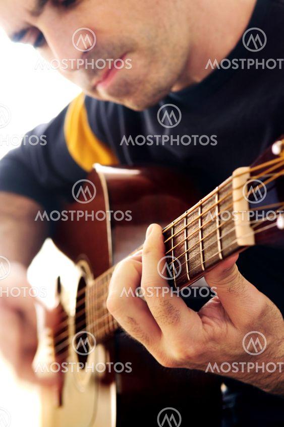Mies kitaransoiton