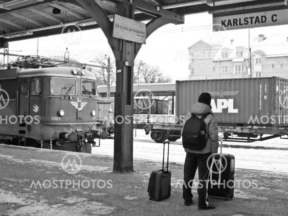 Karlstad C resenär väntar på tåget
