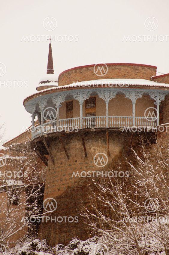 Talvi-näkymän lumen peitossa Tbilisin Vanhankaupungin Sameat päivä