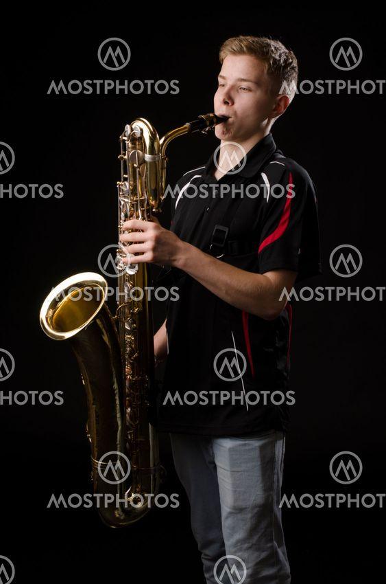 ung kille spelar barytonsaxofon