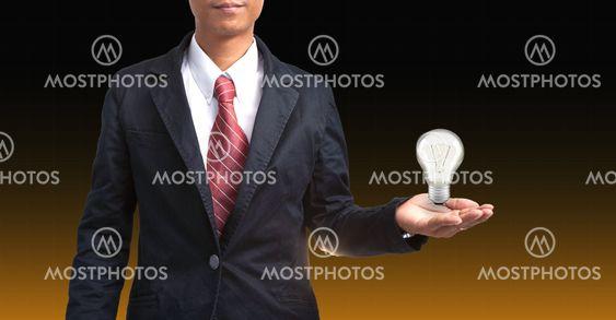 mand og lyspære i hånd