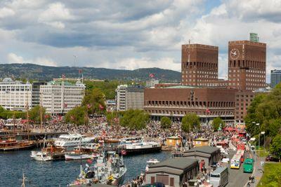 Folk firar Norges nationaldagen 17:e maj.