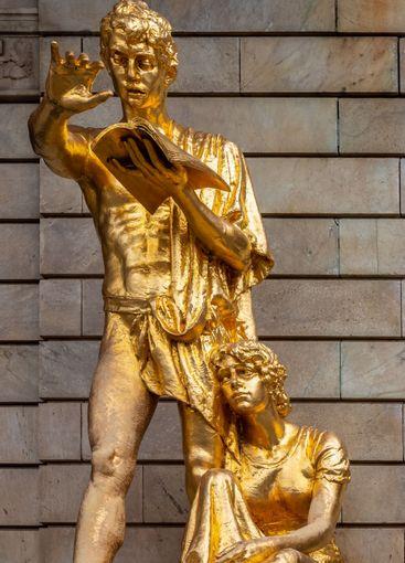 Guld staty skulptur vid Dramaten i Stockholm.