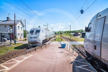 SJ X2000-tåg möts i Högboda, Värmland, en sommardag