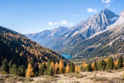 herbstlicher Blick ins Tal mit Alpensee