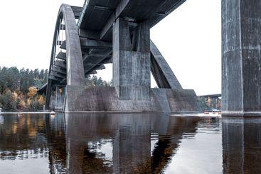 Järnvägsbro av betong bro över mälarens vatten.