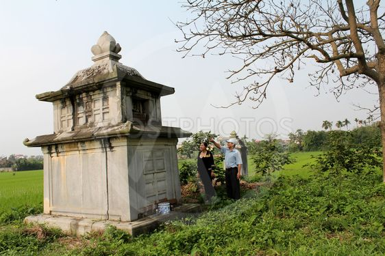 People burn incense ancestral tomb