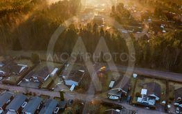 Guldfärgad dimma över litet samhälle