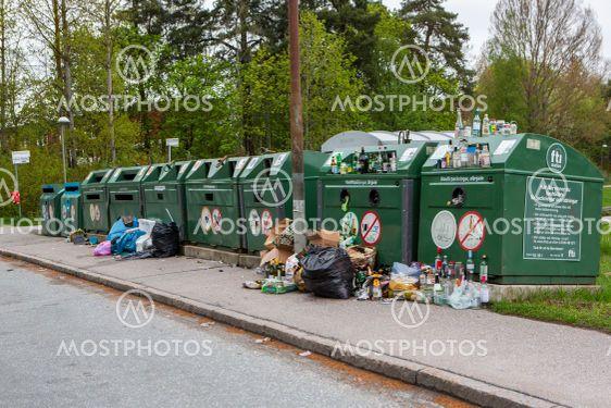 Nedskräpning vid en återvinningsstation.