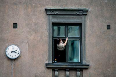 En kvinna putsar fönster