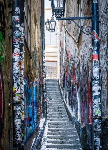 Trång sliten gränd med trappa i Gamla Stan Stockholm.