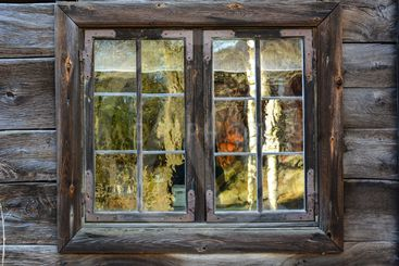 gammalt fönster med spröjs