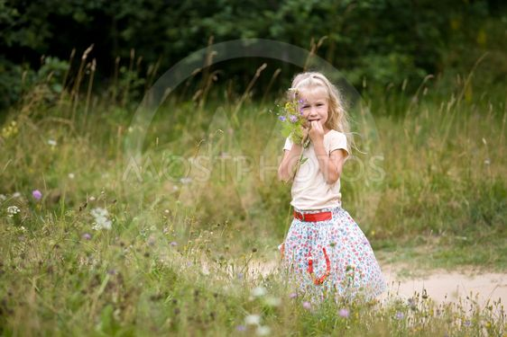 pieni tyttö Villi kukka