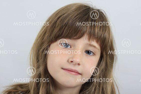 Niña rubia de ojos azules