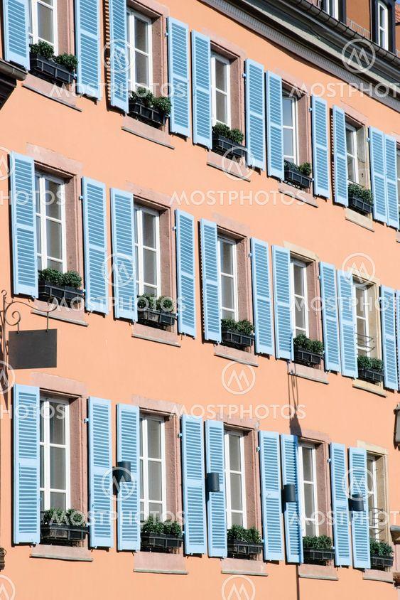 Hus facade med blå skodder