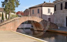 The old houses on the canals of the town of Comacchio -...