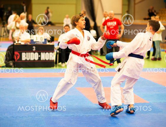 Två yngre killar som tävlar i Karate