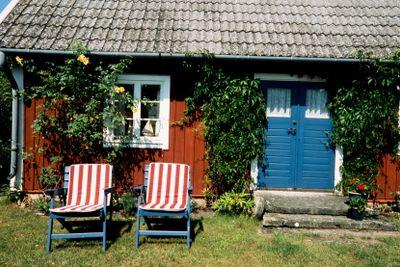 Litet torp med solstolar, Öland, Sverige.