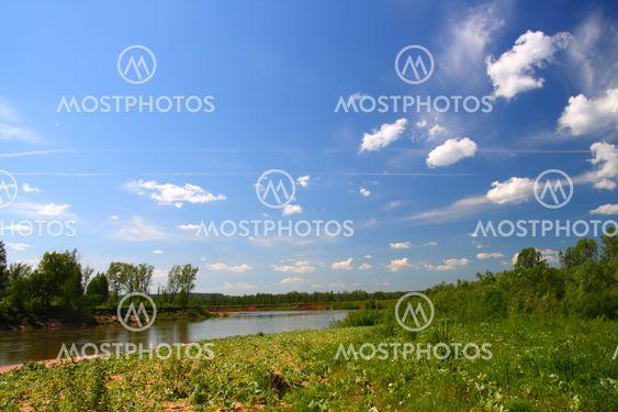 kesällä maiseman kanssa joen