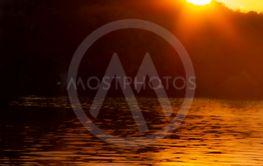 Solnedgång vid vattnet
