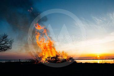 panorama med siluett av  valborgsmässofirande i...