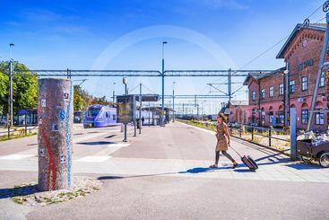 Stationen i Ystad med skultur till minne av Ernst-Hugo...