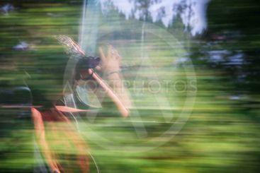 Spegling av en kvinnlig resenär på ett tåg