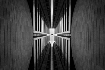 arquitectura simétrica con un plano pasando en el medio