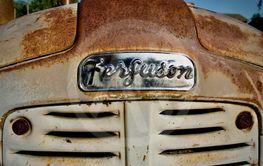 En äldre traktor av modellen Ferguson