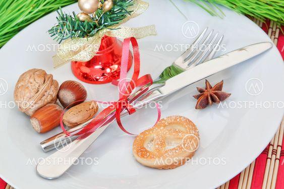 Järjestely joulu esineitä, kelloja ja pähkinöitä.