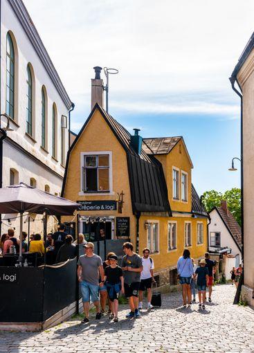 Turister i Visby på cafe Strykjärnet.