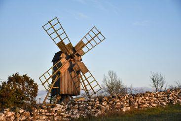Traditionell väderkvarn vid en stenmur på Öland