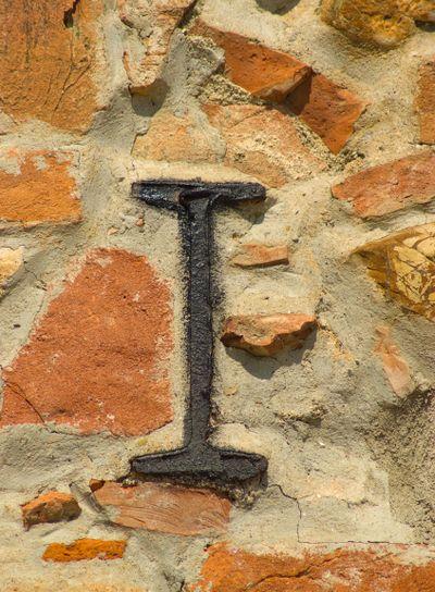 Armierung einer Hauswand eines Hauses in der Toskana -...