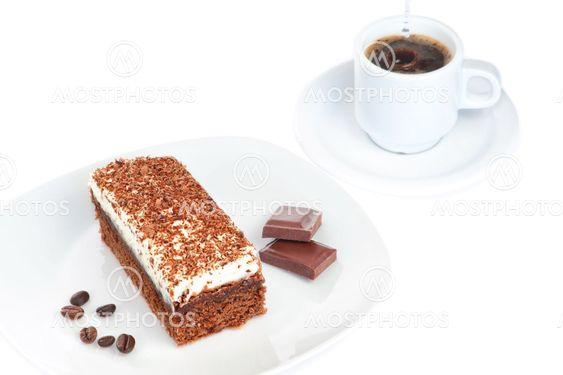 Morgenmad kage stykker chokolade og kaffe. På en hvid baggrund.