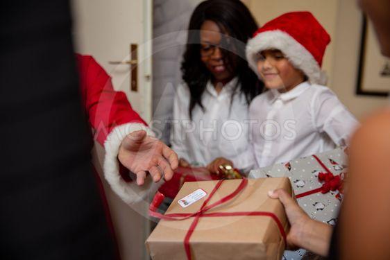 Trött delar ut julklappar
