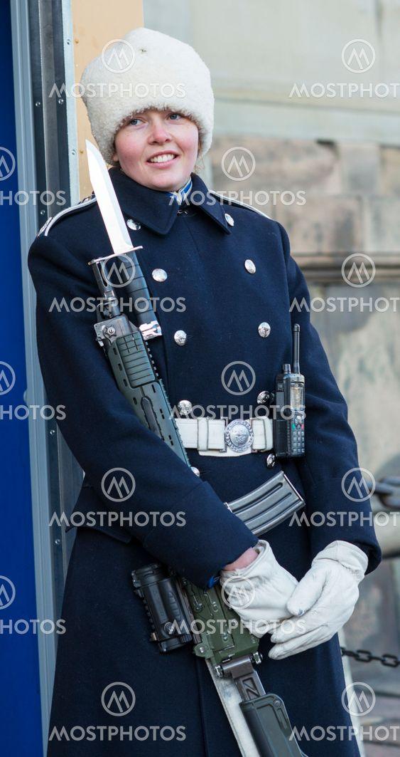 Ett leende från vaktposten vid Stockholm slott