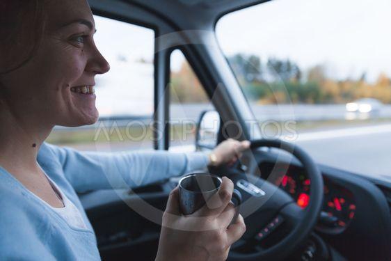 Kvinna kör bil