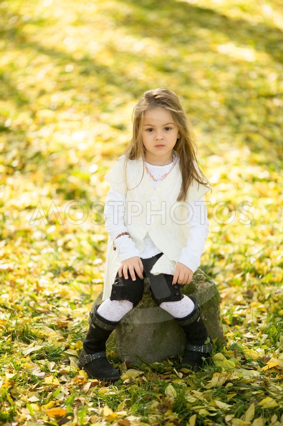 Little girl at the autumn park