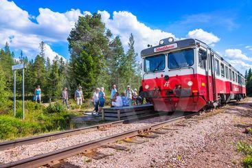 Tåg på Inlandsbanan gör uppehåll vid hållplatsen...